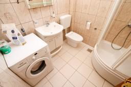 Ванная комната. Боко-Которская бухта, Черногория, Рисан : Апартамент с отдельной спальней, возле моря