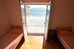 Спальня. Боко-Которская бухта, Черногория, Рисан : Этаж дома для 6-8 человек, 3 отдельные спальни, с балконом с шикарным видом на залив, возле моря