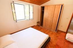 Спальня 2. Боко-Которская бухта, Черногория, Рисан : Этаж дома для 6-8 человек, 3 отдельные спальни, с балконом с шикарным видом на залив, возле моря