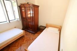 Спальня 3. Боко-Которская бухта, Черногория, Рисан : Этаж дома для 6-8 человек, 3 отдельные спальни, с балконом с шикарным видом на залив, возле моря