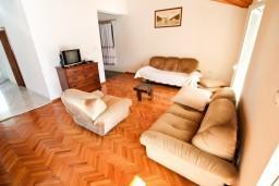 Гостиная. Боко-Которская бухта, Черногория, Рисан : Этаж дома для 6-8 человек, 3 отдельные спальни, с балконом с шикарным видом на залив, возле моря