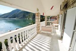 Балкон. Боко-Которская бухта, Черногория, Рисан : Этаж дома для 6-8 человек, 3 отдельные спальни, с балконом с шикарным видом на залив, возле моря
