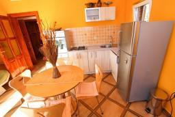 Гостиная. Боко-Которская бухта, Черногория, Рисан : Апартамент с отдельной спальней, с балконом с шикарным видом на море