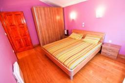 Спальня. Боко-Которская бухта, Черногория, Рисан : Апартамент с отдельной спальней, с балконом с шикарным видом на море