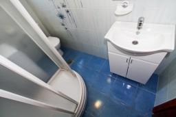 Ванная комната. Боко-Которская бухта, Черногория, Рисан : Апартамент с отдельной спальней, с балконом с шикарным видом на море