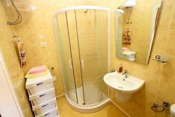 Ванная комната. Боко-Которская бухта, Черногория, Рисан : Студия с общей террасой, 30 метров до моря
