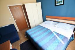 Студия (гостиная+кухня). Боко-Которская бухта, Черногория, Рисан : Студия для 2-3 человек, с общей террасой, 30 метров до моря