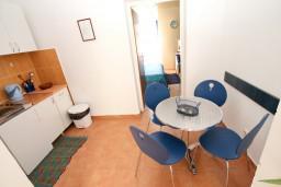 Кухня. Боко-Которская бухта, Черногория, Рисан : Студия для 2-3 человек, с общей террасой, 30 метров до моря