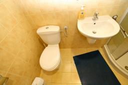 Ванная комната. Боко-Которская бухта, Черногория, Рисан : Студия для 2-3 человек, с общей террасой, 30 метров до моря