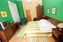 Спальня. Боко-Которская бухта, Черногория, Рисан : Апартамент с отдельной спальней, с общей террасой, 30 метров до моря