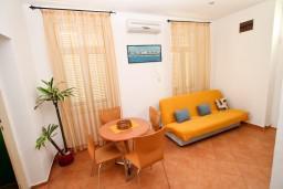 Гостиная. Боко-Которская бухта, Черногория, Рисан : Апартамент с отдельной спальней, с общей террасой, 30 метров до моря