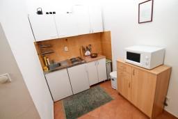 Кухня. Боко-Которская бухта, Черногория, Рисан : Апартамент с отдельной спальней, с общей террасой, 30 метров до моря