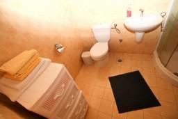 Ванная комната. Боко-Которская бухта, Черногория, Рисан : Апартамент с отдельной спальней, с общей террасой, 30 метров до моря