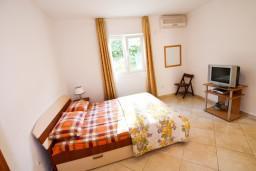 Спальня. Боко-Которская бухта, Черногория, Столив : Апартамент с отдельной спальней, с балконом с видом на залив, 20 метров до моря