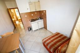 Гостиная. Боко-Которская бухта, Черногория, Столив : Апартамент с отдельной спальней, с балконом с видом на залив, 20 метров до моря
