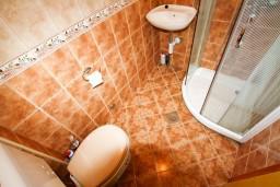 Ванная комната. Боко-Которская бухта, Черногория, Столив : Апартамент с отдельной спальней, с балконом с видом на залив, 20 метров до моря
