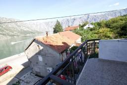 Балкон. Боко-Которская бухта, Черногория, Столив : Апартамент с отдельной спальней, с балконом с видом на залив, 20 метров до моря