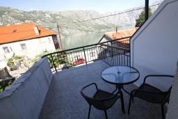 Балкон. Боко-Которская бухта, Черногория, Столив : Апартамент для 2-3 человек, с отдельной спальней, с балконом с видом на залив, 20 метров до моря