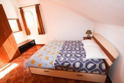 Спальня. Боко-Которская бухта, Черногория, Столив : Апартамент с отдельной спальней, с балконом с шикарным видом на залив, 20 метров до моря
