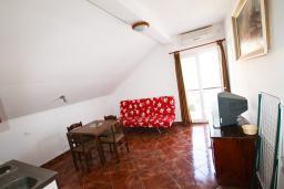 Гостиная. Боко-Которская бухта, Черногория, Столив : Апартамент с отдельной спальней, с балконом с шикарным видом на залив, 20 метров до моря