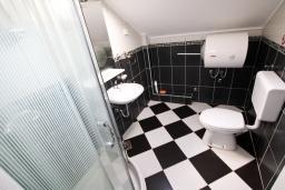 Ванная комната. Боко-Которская бухта, Черногория, Столив : Апартамент с отдельной спальней, с балконом с шикарным видом на залив, 20 метров до моря
