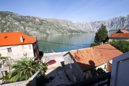 Вид на море. Боко-Которская бухта, Черногория, Столив : Апартамент с отдельной спальней, с балконом с шикарным видом на залив, 20 метров до моря