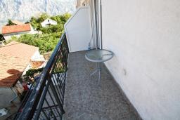 Балкон. Боко-Которская бухта, Черногория, Столив : Апартамент с отдельной спальней, с балконом с шикарным видом на залив, 20 метров до моря