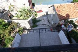 Территория. Боко-Которская бухта, Черногория, Столив : Апартамент с отдельной спальней, с балконом с шикарным видом на залив, 20 метров до моря