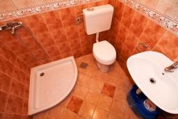 Ванная комната. Боко-Которская бухта, Черногория, Столив : Студия с террасой, 20 метров до моря
