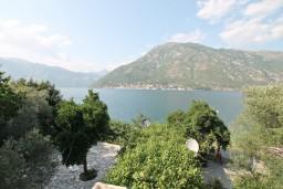 Вид на море. Боко-Которская бухта, Черногория, Столив : Студия с балконом с шикарным видом на залив, возле пляжа