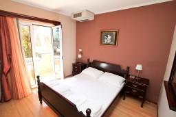 Спальня. Боко-Которская бухта, Черногория, Котор : Апартамент в Которе с отдельной спальней в 50 метрах от моря