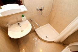 Ванная комната. Боко-Которская бухта, Черногория, Котор : Апартамент в Которе с отдельной спальней в 50 метрах от моря