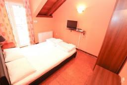 Спальня. Боко-Которская бухта, Черногория, Котор : Апартамент с отдельной спальней, с балконом, 50 метров до моря
