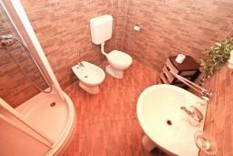 Ванная комната. Боко-Которская бухта, Черногория, Котор : Апартамент с отдельной спальней, с балконом, 50 метров до моря