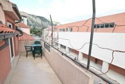 Балкон. Боко-Которская бухта, Черногория, Котор : Апартамент с отдельной спальней, с балконом, 50 метров до моря