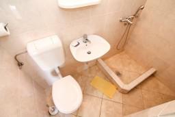 Ванная комната. Боко-Которская бухта, Черногория, Столив : Студия с террасой с видом на залив, возле моря