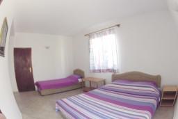 Будванская ривьера, Черногория, Рафаиловичи : Комната на 3 персоны, 30 метров от пляжа