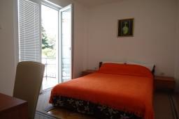 Спальня. Рафаиловичи, Черногория, Рафаиловичи : Апартаменты на 7 персон, 2 отдельные спальни, 30 метров от пляжа