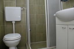 Ванная комната. Рафаиловичи, Черногория, Рафаиловичи : Апартаменты на 7 персон, 2 отдельные спальни, 30 метров от пляжа