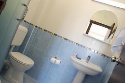 Ванная комната. Бечичи, Черногория, Бечичи : Студия в Бечичи с балконом