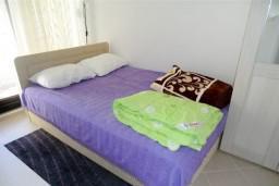 Спальня. Бечичи, Черногория, Бечичи : Уютный, новый апартамент для 3-4 человек, 2 отдельные спальни, с балконом с видом на море