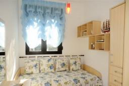 Спальня 2. Бечичи, Черногория, Бечичи : Уютный, новый апартамент для 3-4 человек, 2 отдельные спальни, с балконом с видом на море
