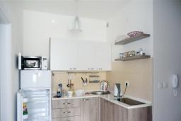 Кухня. Бечичи, Черногория, Бечичи : Уютный, новый апартамент для 3-4 человек, 2 отдельные спальни, с балконом с видом на море