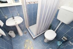 Ванная комната. Боко-Которская бухта, Черногория, Муо : Студия с балконом с шикарным видом на море, 20 метров до пляжа