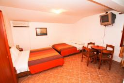 Студия (гостиная+кухня). Боко-Которская бухта, Черногория, Муо : Студия для 4 человек, с балконом с шикарным видом на море, 20 метров до пляжа
