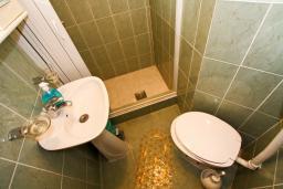 Ванная комната. Боко-Которская бухта, Черногория, Муо : Студия для 4 человек, с балконом с шикарным видом на море, 20 метров до пляжа