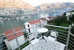 Балкон. Боко-Которская бухта, Черногория, Муо : Студия для 4 человек, с балконом с шикарным видом на море, 20 метров до пляжа