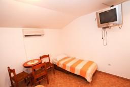 Студия (гостиная+кухня). Боко-Которская бухта, Черногория, Муо : Студия для 3 человек, с балконом с шикарным видом на море, 20 метров до пляжа