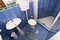 Ванная комната. Боко-Которская бухта, Черногория, Муо : Студия для 3 человек, с балконом с шикарным видом на море, 20 метров до пляжа