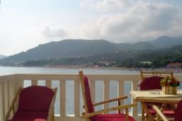 Балкон. Рафаиловичи, Черногория, Рафаиловичи : Уютный апартамент для 4-6 человек, с 2-мя отдельными спальнями, с балконом с шикарным видом на море